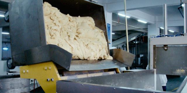 Dough tub tilt unit to feed a live bottom bin